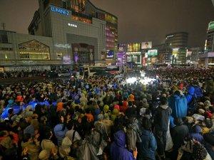 10月21日夕、新宿バスタ前、撮影は奈良巧さん